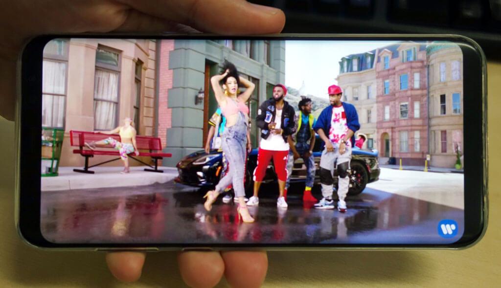au Galaxy S8+ SCV35ハンズオンレビュー。未来を感じるベゼルレス設計と縦長ディスプレイに注目